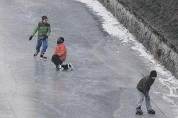 Na zamrznutej Trnávke hrali deti hokej.