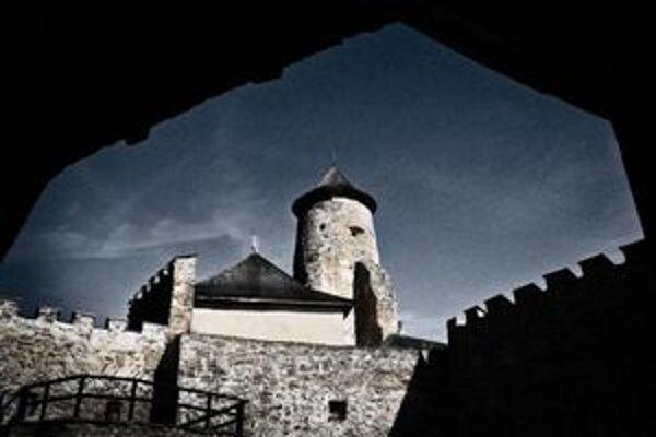 Hrad v Starej Ľubovni bol postavený koncom 13. storočia a ako jeden z mála na Slovensku je prístupný celoročne. Je známy aj ako miesto, kde väznili vojaka, dobrodruha a cestovateľa grófa Mórica Beňovského, ktorému sa z neho podarilo utiecť.