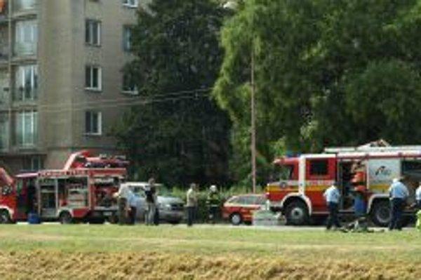 Na Hospodárskej zasahujú hasiči v protichemických oblekoch.