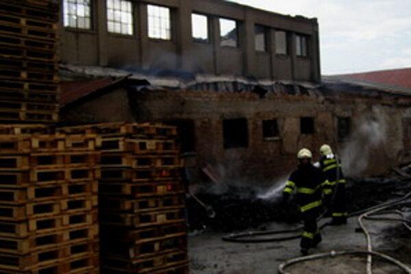Požiar v areáli bývalého družstva v Majcichove.