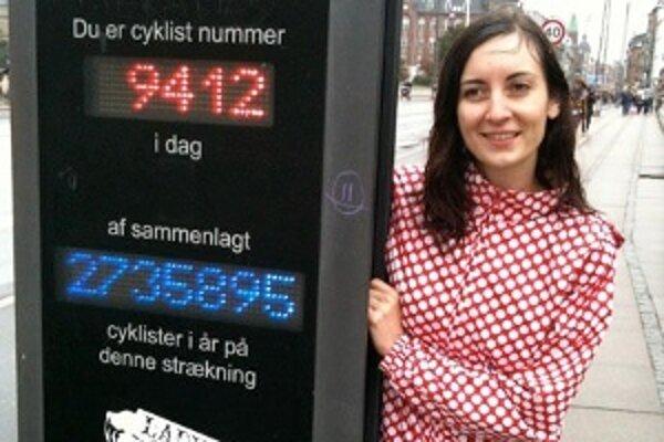 Viera pri zariadení, ktoré počíta kodaňských cyklistov.