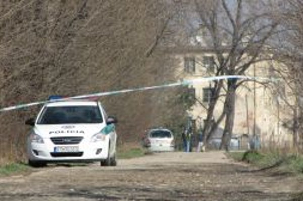 Miesto, kde policajti lupiča zastrelili, je ohradené páskami. Kriminalisti zaisťujú stopy.