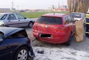 Pri nehode sa jeden cestujúci zranil.