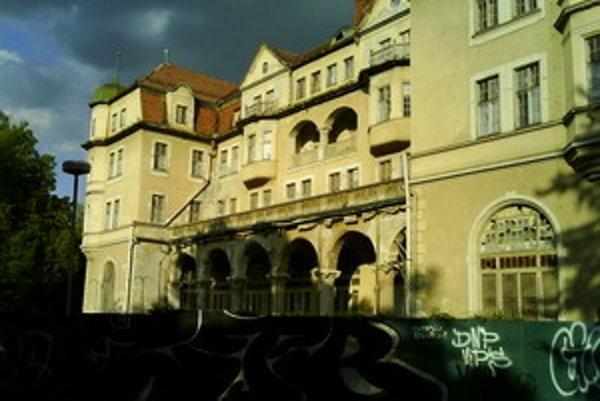 Hotel SLovan v Piešťanoch už chátra niekoľko rokov.