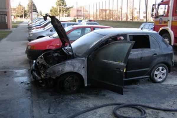 Auto zhorelo na sídlisku Zátvor.