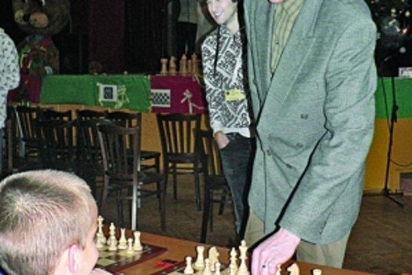 Šachový veľmajster Tomáš Likavský pri súboji s mladými šachistami.
