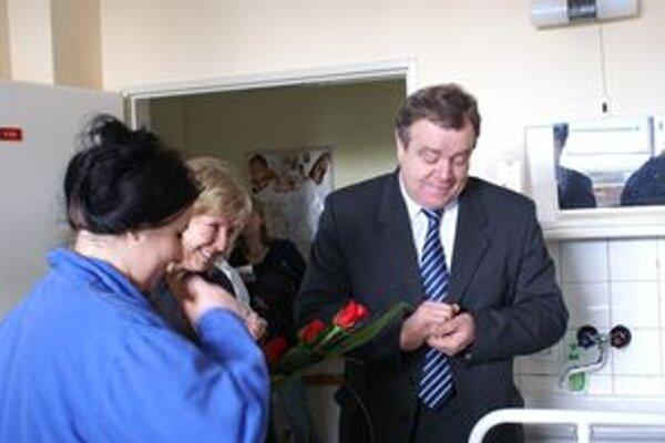 Primátor Vladimír Butko navštívil dnes v trnavskej pôrodnici mamičku, ktorá porodila ako prvá v tomto roku, i mamičku, ktorá priviedla na svet dieťa pár hodín pred koncom roka 2010.
