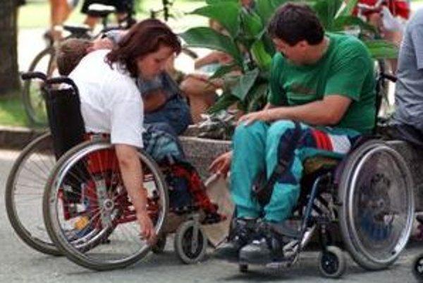Presun vozičkárov mestom komplikujú najmä obrubníky a slabo označené bezbariérové priestory.