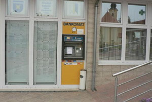 Bankomat v Maduniciach zlodeji iba poškodili.