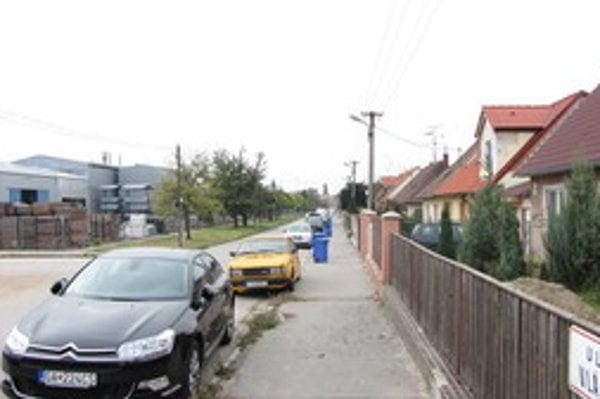 Vlárska ulica. Na pravej strane je priemyselný park a na ľavej zasa zástavba rodinných domov.