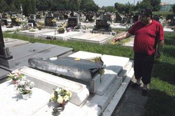 Na trnavskom cintoríne na Kamennej ceste sa podpísali vandali.