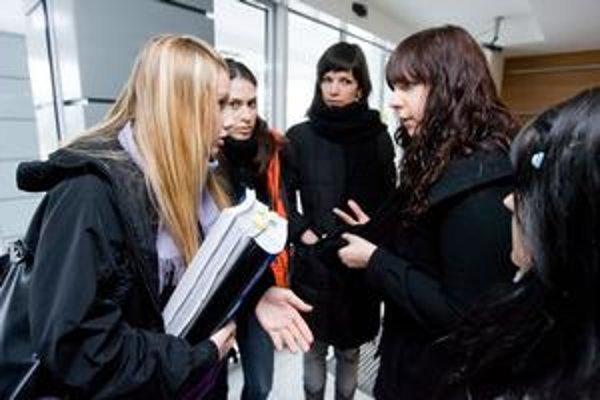 Študentky slovenčiny z Trnavy prišli za dokončenie štúdia zabojovať na ministerstvo školstva.