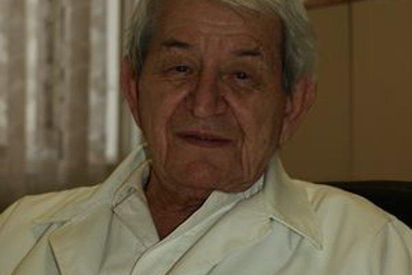Tibor Tibenský, dlhoročný primár interny, je najstarším aktívnym lekárom v kraji.