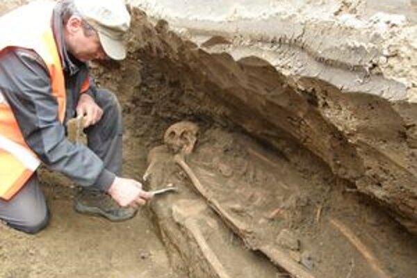 Za minulý týždeň sa na Gucmanovej ulici v Leopoldove našlo 14 hrobov.