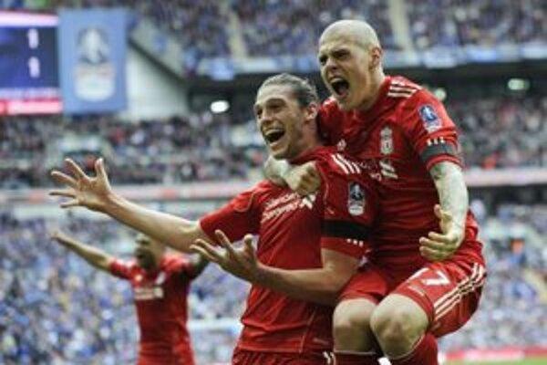 Martin Škrtel (vpravo) a Andy Carroll sa tešia z druhého gólu v sieti Evertonu.