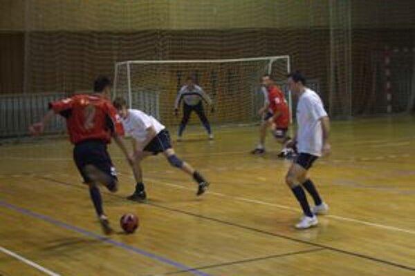 Napínavý finálový duel medzi Modrankou (v bielych dresoch) a Zvončínom dospel až do penaltového rozstrelu.