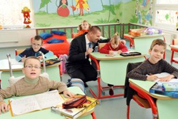 Minister Štefanov medzi deťmi vo vynovenej triede.