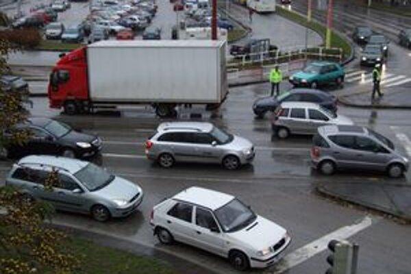 Počet áut na cestách neustále stúpa. Bezpečnostné opatrenia sú čoraz dôležitejšie.