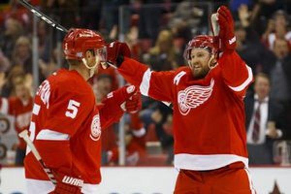 Dvaja zo Švédov v službách Detroitu Red Wings - obranca Nicklas Lidstrom (5) a útočník Niklas Kronwall.