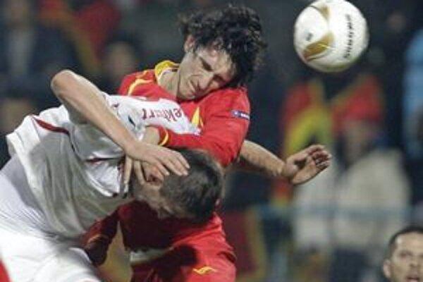 Čech Tomáš Pekhart (v bielom) v súboji so Stefanom Savičom.