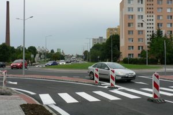 Otvorenie okružnej križovatky na Trstínskej ulici.