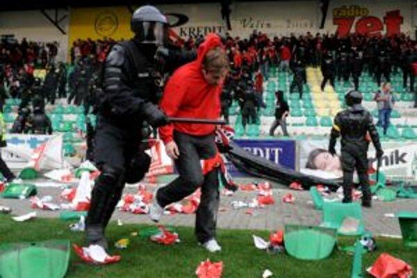 Fanúšikovia sa sťažovali, že polícia použila dokonca slzotvorný plyn.