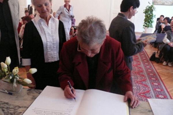"""Jana Blašková, autorka príbehu """"Vstupné do rodného domu"""" sa zapisuje do pamätnej knihy."""