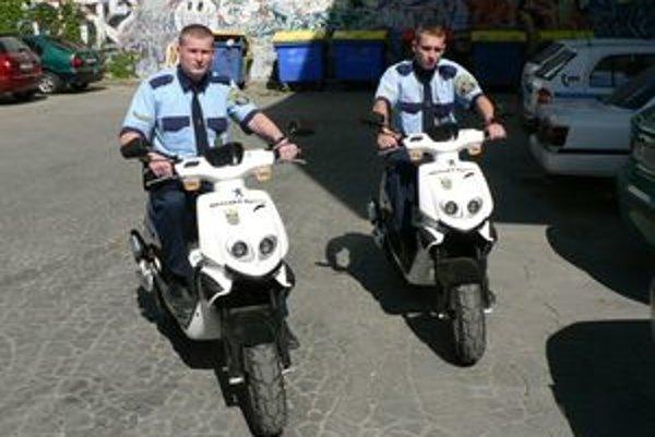Trnavskí mestskí policajti jazdia už aj na skútroch.