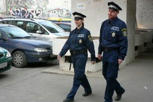 Mestskí policajti v uliciach Trnavy.