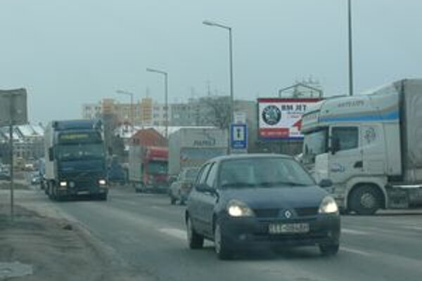 Dopravné obmedzenia na Trstínskej ulici v Trnave si vyžadujú najmä trpezlivosť vodičov.