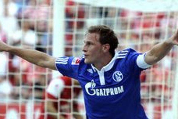Benedikt Höwedes zo Schalke oslavuje gól proti Mainzu.