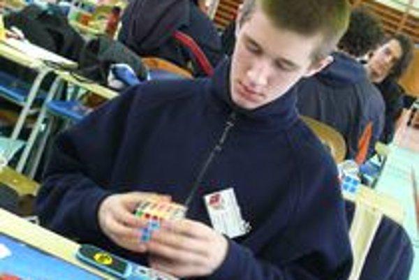 Súťaž v skladaní Rubikovej kocky prebieha počas víkendu v Galante. Je to vôbec prvýkrát, keď sa na Slovensku koná súťaž takéhoto druhu. Súťažiaci predvádzajú svoje umenie v skladaní Rubikovej kocky jednou rukou, nohami a dokonca aj poslepiačky.