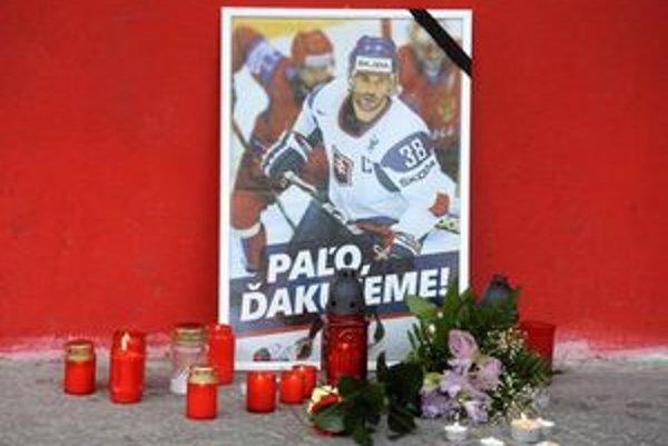 Prvé sviečky a kvety ako spomienka na hokejistu Pavla Demitru ležia pred zimným štadiónom v Trenčíne.