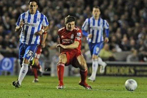 Steven Gerrard (v strede) v zápase s Brightonom.