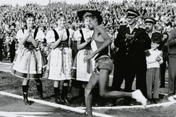 Bikila vbieha na štadión Lokomotívy pri prvenstve na Medzinárodnom maratóne mieru v roku 1961.