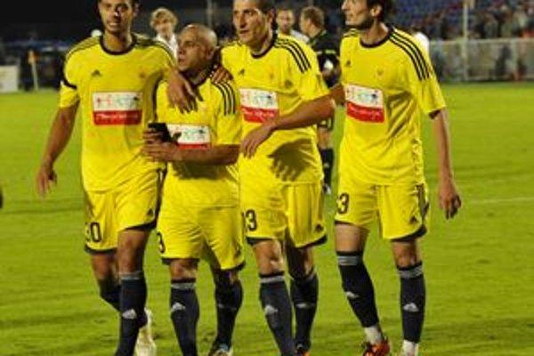 Robeto Carlos (druhý zľava) je hrajúcim trénerom Anži. ⋌