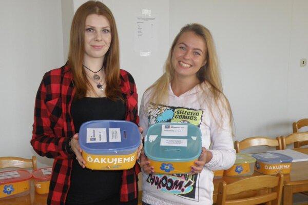 Viktória a Martina, žiačky Súkromnej strednej odbornej školy kultúry, umenia a turizmu, pomáhajú so zbierkou.