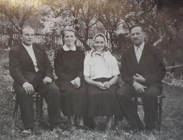 Pani Rozália (vpravo) s manželom pred niekoľkými desiatkami rokov.