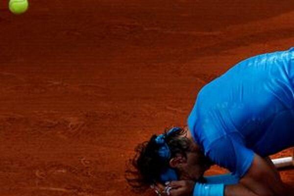 Rafael Nadal vyhral svoj šiesty titul na Roland Garros v zápase s Rogerom Federerom 7:5, 7:6, 5:7, 6:1.