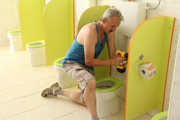 Tibor Čičmanec, starosta Chrenovca-Brusna, sa aktívne zapojil do rekonštrukcie toaliet v škôlke.