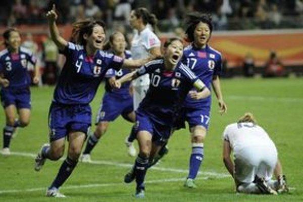 Japonské futbalistky prehrávali vo finále dvakrát, ale nakoniec dokázali vyhrať po jedenástkach.