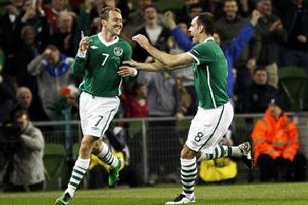 Aiden McGeady (vľavo) a Darron Gibson sa tešia z gólu proti Macedónsku.