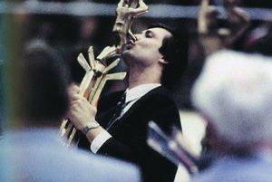 Dárius Rusnák pri preberaní trofeje pre majstrov sveta v roku 1985.