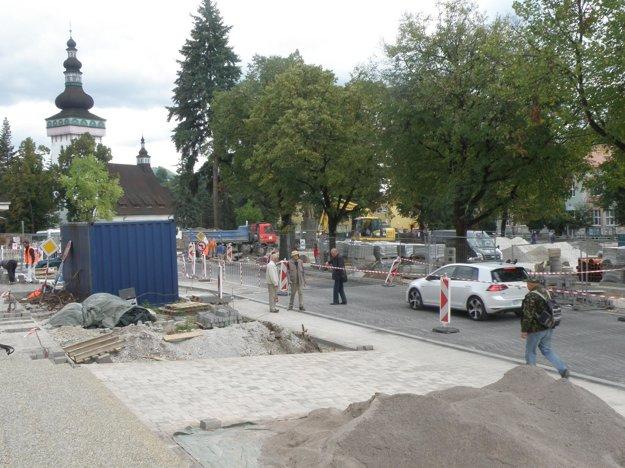 Pred mestským úradom sú chodník aj cesta už z prevažnej väčšiny hotové.
