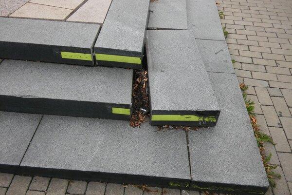 Na návštevníkov centra mesta číha nebezpečenstvo v podobe uvoľneného schodu.