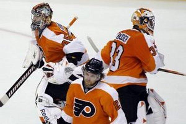 Flyers museli striedať počas zápasu brankárov, keď Briana Bouchera vymenil Sergej Bobrovsky.
