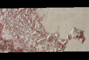 Snímka so zatiaľ najväčším rozlíšením ukazujú duny, dávne pobrežie zmenšujúceho sa ľadového jazera a roztrieštené ľadové hory so strmými útesmi.