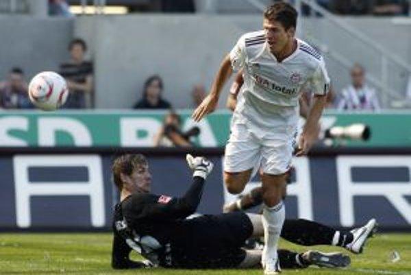 Útočník Bayernu Mario Gomez (v bielom) zaznamenal v dueli so St. Pauli hetrik.