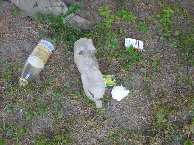 Po každom víkende sú v areáli škôlky odpadky.