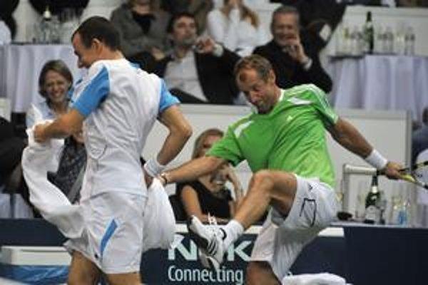 Bývalá svetová tenisová jednotka Thomas Muster síce na kurte na Dominika Hrbatého nestačil, ale bol najväčším zabávačom exhibície.